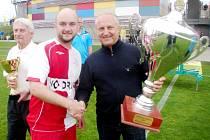 Milan Přibyl předává GIST pohár kapitánovi Slavie Hradec Králové Janu Mukařovskému, vlevo trenérská legenda Ladislav Škorpil.