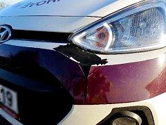 Vozidlo poškozené vlivem kolize s uprchlým koněm.