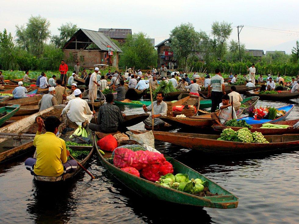 Plovoucí trh na jezeře
