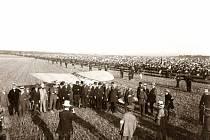 JAN KAŠPAR VE SVÉM BLÉRIOTU při produkci v Praze dne 15. srpna roku 1910.