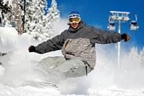 LYŽOVÁNÍ NA ČERNÉ HOŘE? Ideální lyžařské podmínky během týdne se o víkendu mění v nesčetné souboje ve frontách na vlek. A to i přesto, že se provozovatelé stále snaží navyšovat kapacitu střediska.