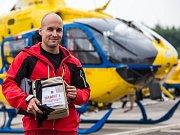 Královéhradečtí letečtí záchranáři jako první v ČR podávají krevní transfuzi pacientům v akutním ohrožení života ve vrtulníku. Projekt RABBIT (Rapid administration of blood by hems in trauma) funguje od června 2018.