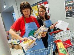 Kolik darují letos? Při loňské Národní potravinové sbírce darovali lidé v Trutnově rekordních 2067 kilogramů zboží.