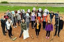 Studenti hradecké zdravotnické školy při akci Ukliďme svět, ukliďme Česko.