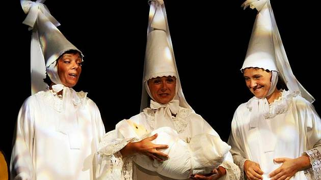 Pohádkový vstup do života v krajském městě přichystali pro čtyřicet novorozenců herci z Divadla Drak při netradičním vítání občánků.