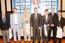 Cena Josefa Součka pro trenéra mládeže a Vladimír Píro (třetí zleva).