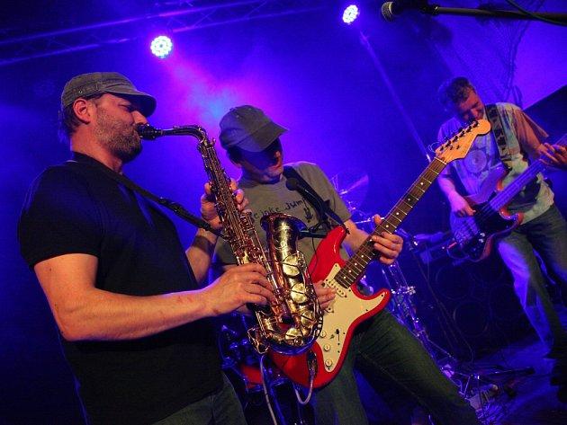 Koncert skupiny Vyhoukaná sowa spojený s vernisáží kreseb a obrazů jejího kytaristy Marka Bělohlávka v královéhradeckém AC klubu.