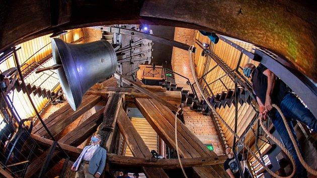 Zvon Augustin na hradecké Bílé věži odzvonil konec nouzového stavu
