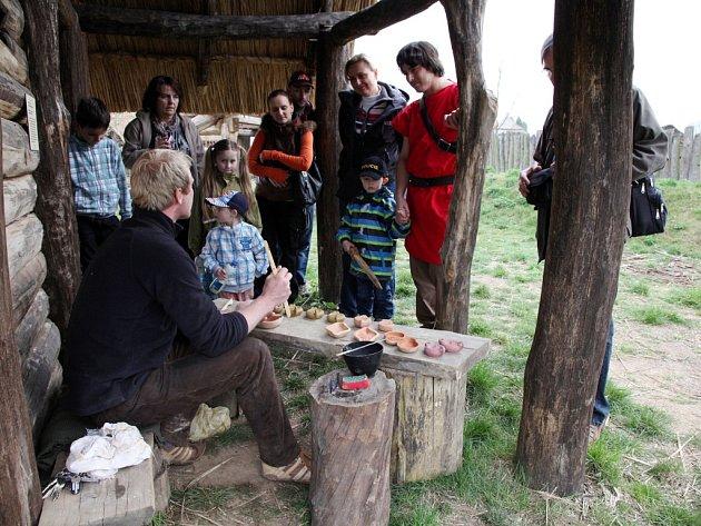Dny živé archeologie v archeoparku ve Všestarech.