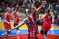 Hradecké basketbalistky (v černém) prohrály v Praze na Slavii.