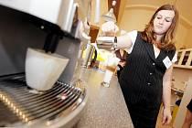 Chcete kávu nebo zákusek? Zajděte si do kavárny.