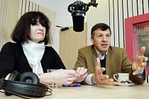 Hosté pořadu PéHá na vlnách Českého rozhlasu Hradec Králové - poslanec Evropského parlamentu Oldřich Vlasák a jeho manželka Helena.
