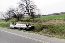 Osobní automobil po havárii u Všestar.