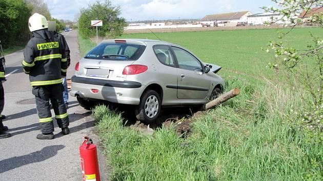 Havárie automobilu Peugeot 206 v hradeckém Ruseku.