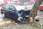 Náraz osobního vozu do stromu v hradecké ulici Pražská.