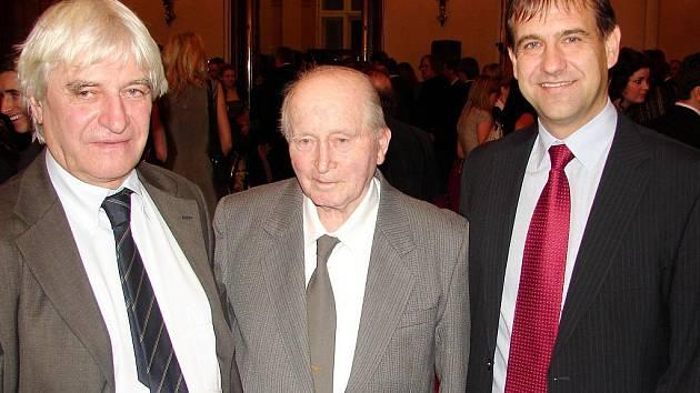 Po boku trenérských legend. Kouč Aleš Čvančara (vpravo) zachycen na lednovém galavečeru FAČR v Praze na Žofíně společně s Ladislavem Škorpilem (vlevo) a Josefem Součkem.