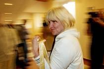 Krajský soud v Hradci Králové vynesl rozsudky nad čtyřmi ženami, které čelily obžalobě z mnohamilionového pokusu podvodu. Jako jediná z obžalovaných Jaroslava Koutecká se zúčastnila vyhlášení rozsudku.