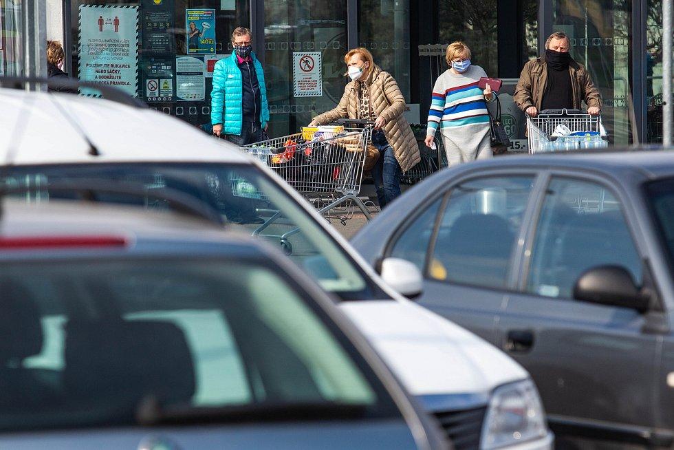 Nákupy seniorů, kterým byly v obchodech vyhrazeny konkrétní hodiny.