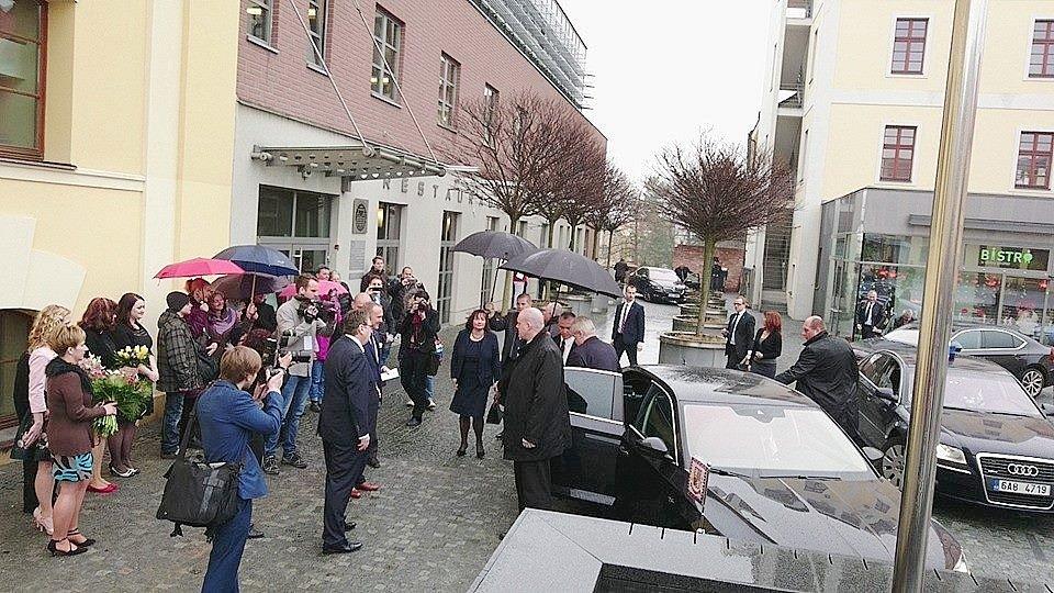 Příjezd prezidenta Miloše Zemana do Hradce Králové.