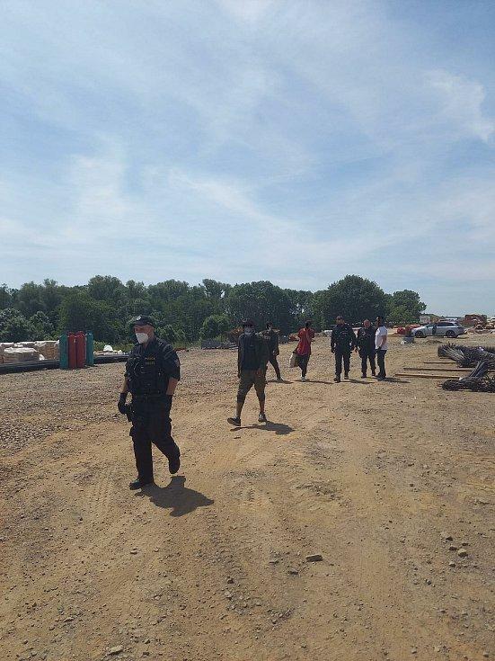 Cizinci vyskákali na benzince z kamionu.
