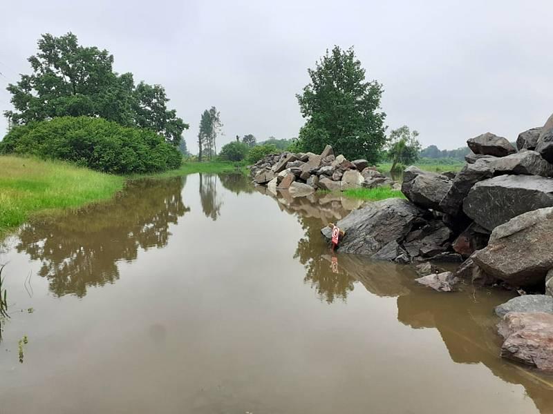 Vydatné deště rozvodnily Orlici mezi Týništěm a Hradcem Králové. Řeka, jejíž proud byl během soboty bouřlivý a  prudký, se tam přirozeně rozlévá do luk.
