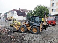 Parkoviště bude hotové do konce srpna. Poté se dělníci pustí do práce na zpustlém náměstí.