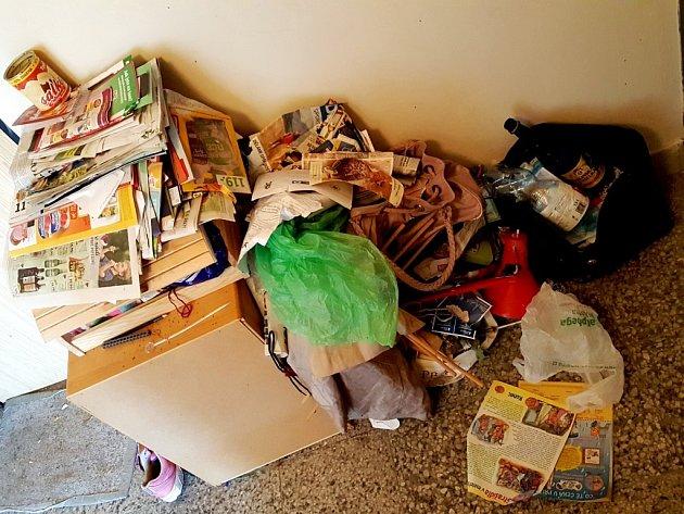 Mouchy a zápach... Soused terorizuje svým hromaděním celý vchod jednoho paneláku na Benešově třídě v Hradci Králové.