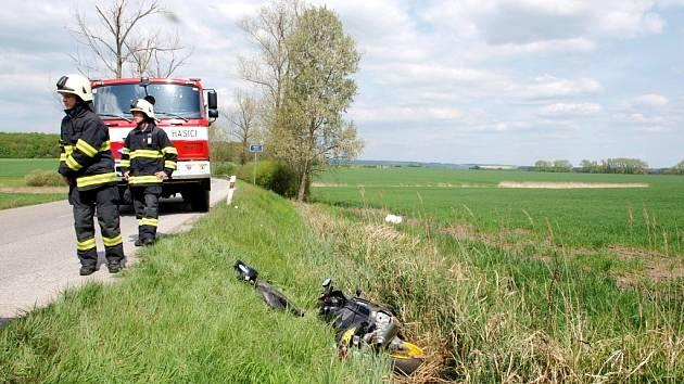 Dopravní nehoda motocyklisty u obce Chotělice ve směru na Staré Smrkovice na Hradecku.