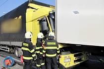 Nehoda tří kamionů v Sokolské ulici na silničním okruhu v Hradci Králové.