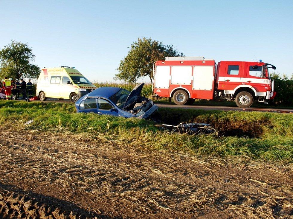 Dopravní nehoda osobního automobilu a motocyklu s následným požárem u obce Prasek.
