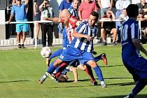 Ve finále posledního ročníku Náchod (v modrém) ve Velkém Pořídí zdolal celek Libčan až po penaltovém rozstřelu.