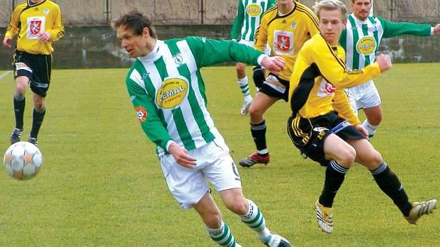 BEZCHYBNÝ VÝKON podal Michal Šmarda (v zelenobílém dresu Bohemians) v přípravném utkání s Hradcem Králové. V tomto okamžiku kontroluje míč před Janem Čechem (vpravo).