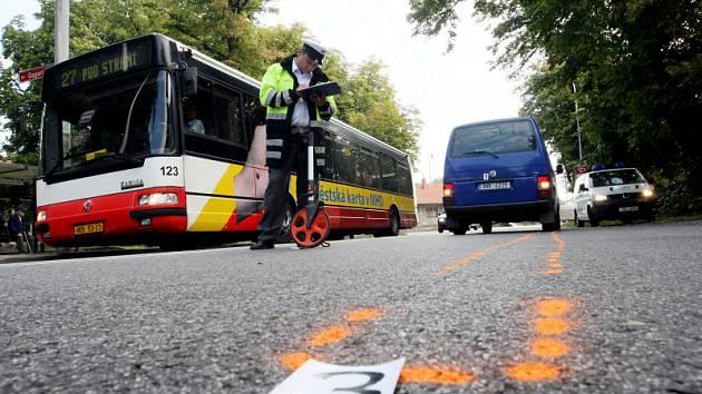 Šestaosmdesátiletou ženu srazilo na Slezském Předměstí auto, když přecházela vozovku mimo přechod pro chodce