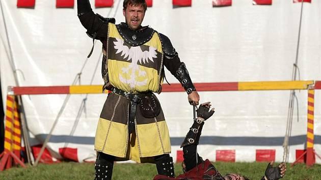 Skupina Excalibur předvedla 9. října vystoupení plné kaskadérských kousků. Středověké rytířské divadlo bylo doplněno o přestávce možností projížďky na koni, lukostřelbou a jinými kratochvílemi.