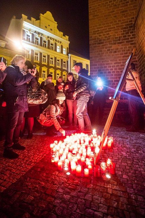V univerzitním kampusu v Hradci Králové bylo pojemnované náměstí Václava Havla, následně svíčkový průvod vyrazil na Pivovarské náměstí. Po cestě účastníci položili svíčky k obrazu Václava Havla.