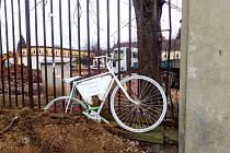 Kolo duchů u kruhového objezdu připomíná nehodu, při které zde před třemi lety zemřel cyklista.