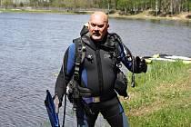 V jiném dresu. Zatupitel Jiří Kos si na sebe vzal neopren a zkontroloval dno hradeckého Stříbrného rybníku.
