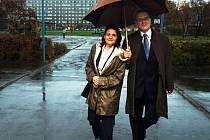 JEŠTĚ SPOLEČNĚ. Zdena Rabasová  se svým manželem Michalem, hejtmanem Pardubického kraje. Archivní snímek je zachycuje na cestě k urně při parlamentních volbách.