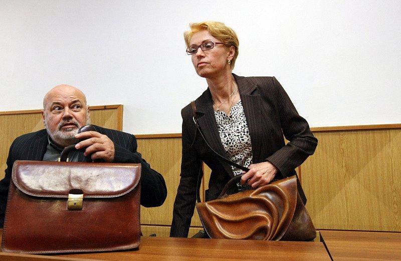 S dvouletým trestem odnětí svobody s podmínečným odkladem na tři roky odešla v úterý 7. 4. od hradeckého okresního soudu Jana Barnatová, posudková lékařka České správy sociálního zabezpečení. Současně ji soud uložil i peněžitý trest ve výši 50 tisíc korun
