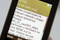 Operátor nabízí lidem platbu parkovného v Hradci Králové prostřednictvím SMS.