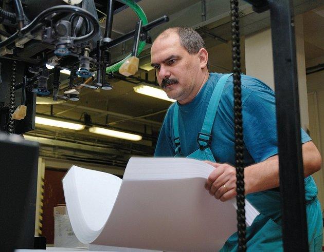 V Anglii koupila trutnovská tiskárna falcovačku na skládání příbalových letáků k lékům.