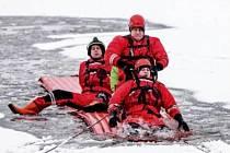 Hasiči při nácviku záchrany osoby z ledové pasti.