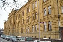 Biskupské gymnázium stojí na hradeckém Orlickém nábřeží.