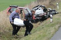 Při nehodě mezi Lubnem  a Dolním Přímem na Hradecku zemřeli dva lidé, další dva byli těžce zraněni. Jedna z mrtvých byla čtrnáctiletá dívka.