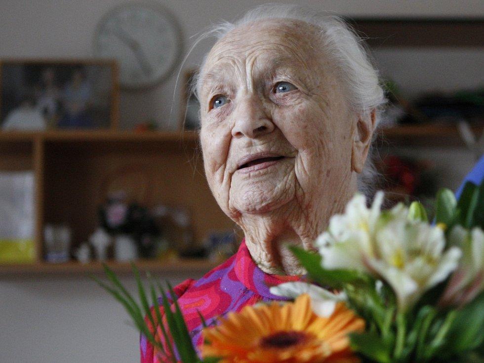 Oslava 102. narozenin Hedviky Trutnovské v hradeckém domově důchodců.