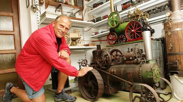NA DVOU modelech oraček strávil sběratel a kutil Jan Tomek přes tři a půl tisíce hodin. Teď se chystá vyrobit pluh, kterým strojem oraly pole.