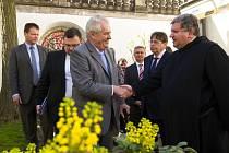 V Broumově se prezident setkal se zástupci města, diskutoval s lidmi na náměstí a prohlédl si broumovský klášter.
