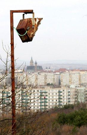 Pozůstalé osvětlení ze sjezdovky na Rozárce na Novém Hradci Králové.