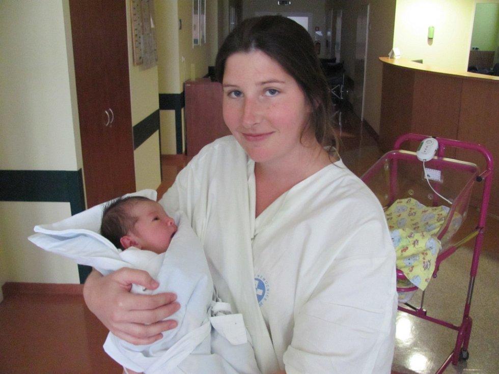SOFIE NAXEROVÁ poprvé otevřela oči 2. srpna v 11.35 hodin. Měřila 50 centimetrů, vážila 3470 gramů a potěšila maminku Janu Hoškovou a otce Filipa Naxera  z Hradce Králové.