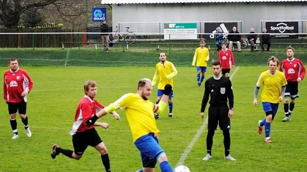 Kunčická rezerva (v červeném) v závěru podzimu hostila v sousedském derby Boharyni.